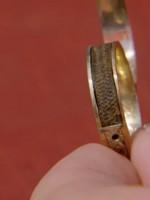 Женщина обнаружила кольцо с волосами писательницы Шарлотты Бронте