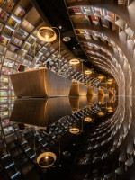 В Китае открылся книжный магазин, который выглядит как зеркальная пещера
