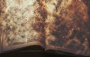 Старые книги постепенно разрушаются из-за кислотности бумаги