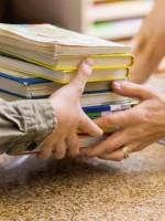 Согласно опросу американцы ходят в библиотеку вдвое чаще, чем в кино