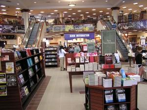 «Несвятые святые», «Враги России» и Маринина. Бестселлеры книжных магазинов Москвы