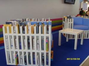 Кресла-книжные полки на одном из стендов ММКВЯ