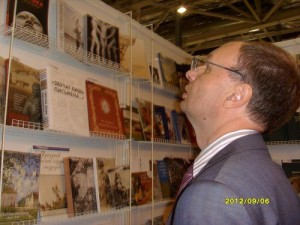 Стенды с книжными новинками на ММКВЯ