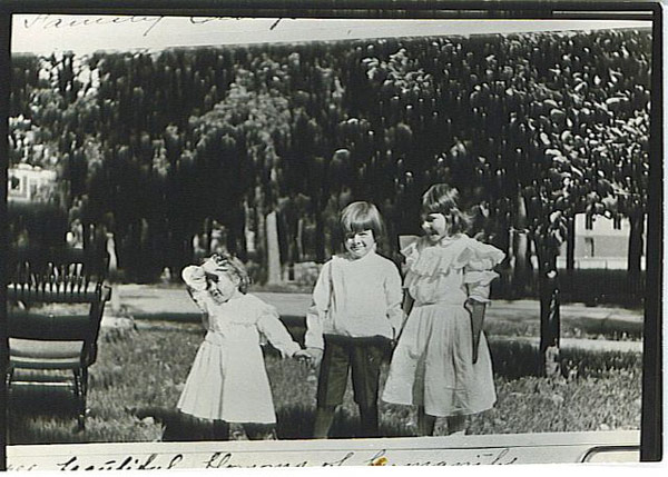 Эрнест Хемингуей с сестрами Урсулой и Марселлиной в возрасте 6 лет. Первый день в гимназии, 1905 год