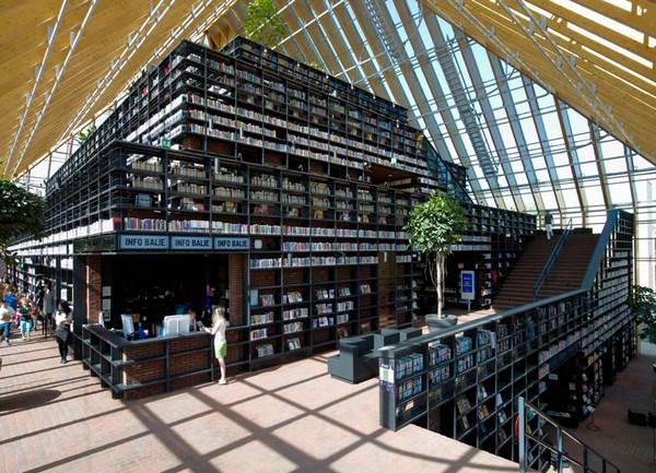 дорожка вокруг стеллажей библиотеки-пирамиды составляет 470 м в длину