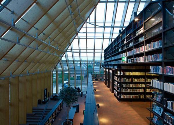 прозрачные стены библиотеки-пирамиды