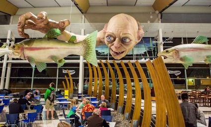 Горлум ловит рыбу в зале-ресторане аэропорта Новозеландской столицы г. Веллингтона