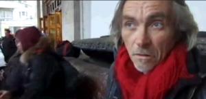"""кадр из интервью с читающим бездомным с метро """"Белорусская"""""""