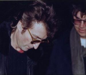 Джон Леннон дает авторгаф своему убийце Марку Чепмену