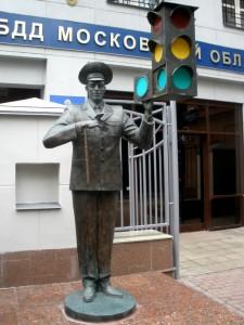 памятник Дяде Степе перед зданием ГИБДД в Москве
