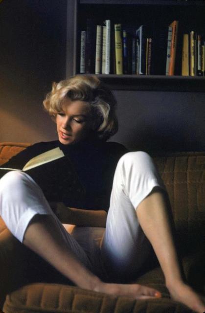 Мэрилин Монро за чтением