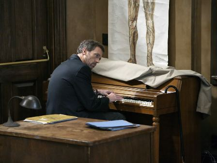 доктор Хаус играет на пианино
