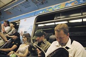 читатели в метро