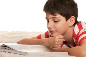читающий подросток