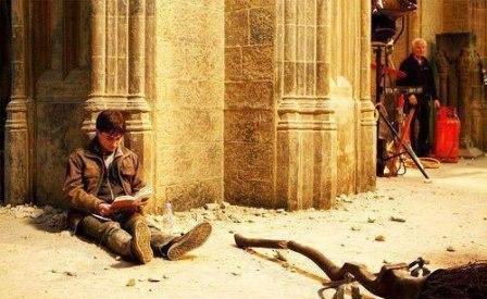"""Дэниэл Рэдклифф читает """"Гарри Поттера"""" на съемках """"Гарри Поттера"""""""