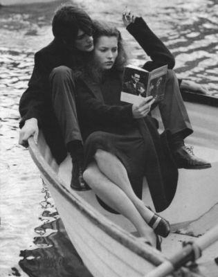 Кейт Мосс читает