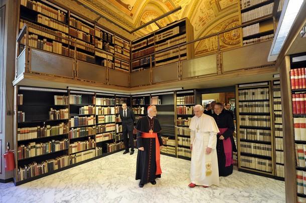 Папа Бенедикт XVI в апостольской библиотеке Ватикана