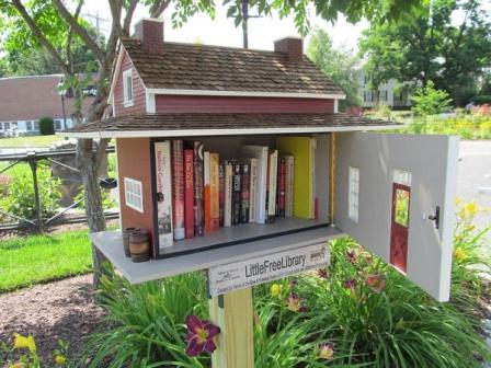 библиотечный домик Little Free Library - другое время года в другом месте