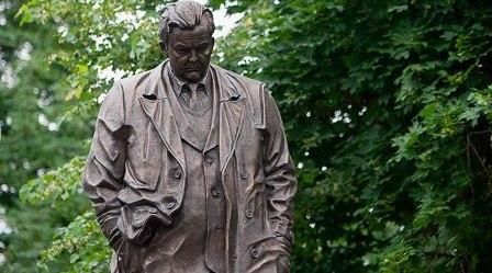 памятник Твардовскому в Москве - фото lenta.ru