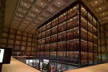 редкие книги на полках библиотеки Йеля