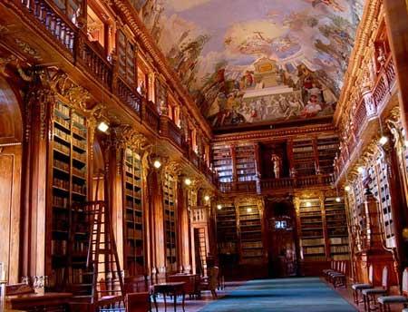 резные шкафы и книжные полки этой библиотеки известны на всю Европу