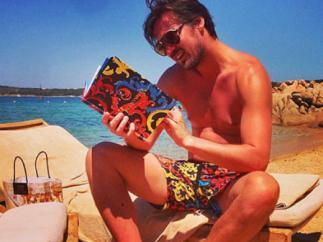 футболист Милевский читает на отдыхе