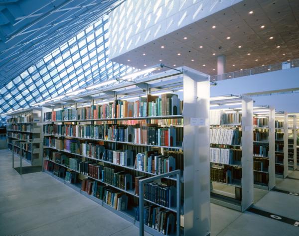 книжные стеллажи в библиотеке Сиэттла