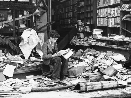 мальчик читает в разрушенном войной Лондоне