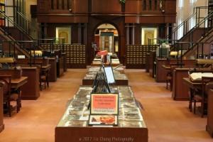 столы в читальном зале