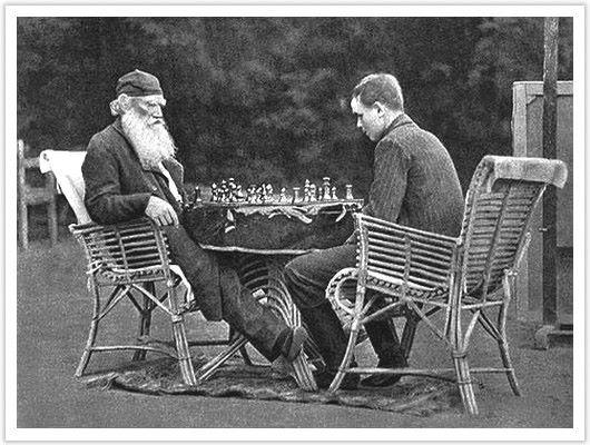 Л.Н.Толстой и сын играют в шахматы