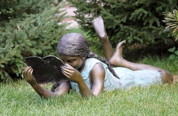 девушка читает во Владивостоке - Россия