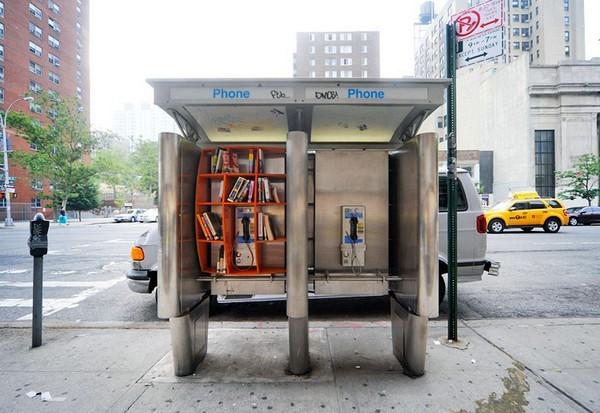 книги в таксофонной будке