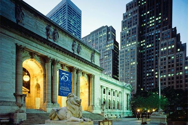 львы на входе в Публичную библиотеку Нью-Йорка - Терпение и Стойкость