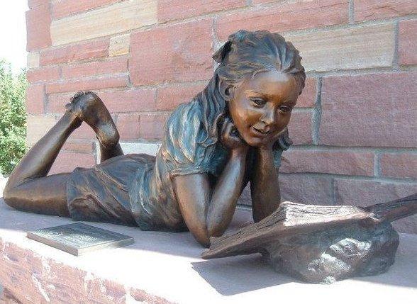 памятник читающей девочке в американском Колорадо