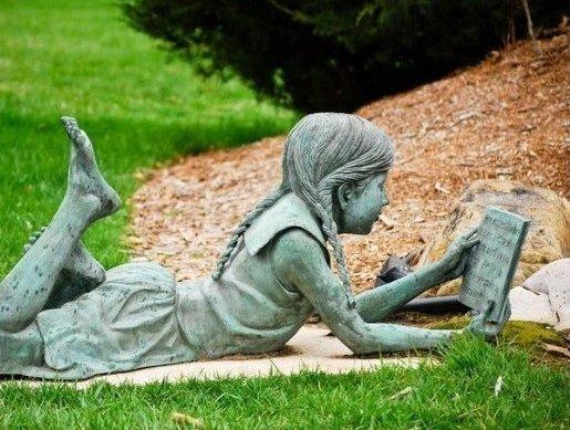читающая девочка во Франции