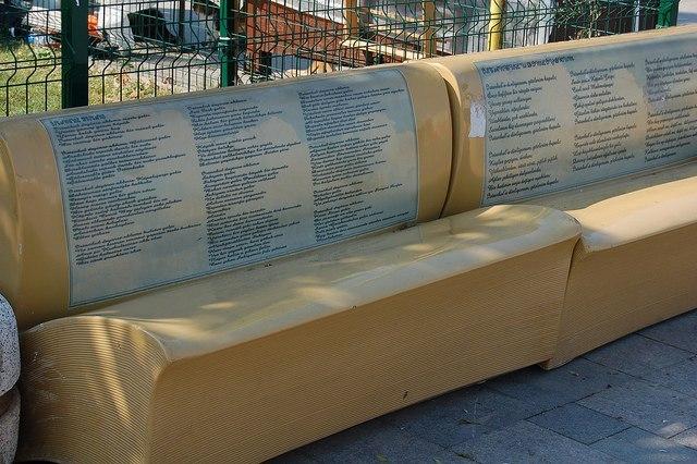 улицы Стамбула украшены необычными скамейками