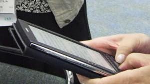 Пожилые люди в Японии предпочитают электронные книги