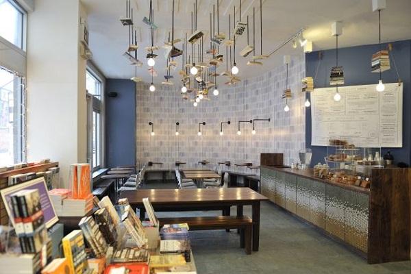 «книжные лампы» в кофейне при книжном магазине