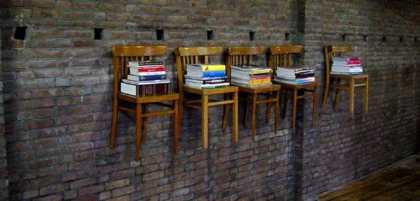 Еще одна идея необычных книжных полок