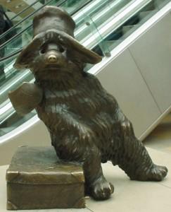 Бронзовая статуя медвежонка Паддингтона на Паддингтонском вокзале