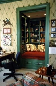 место для чтения, литература в картинках, книги в кладовой, библиотека в кладовой, дизайн интерьера