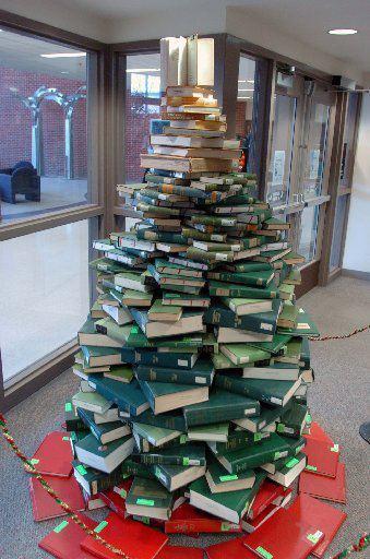 Новогодняя елка из книг