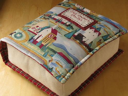 Подушка в виде книги, литература в картинках
