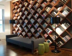 Книжная полка для ценителей хорошего вина, необычные книжные полки, книги в интерьере