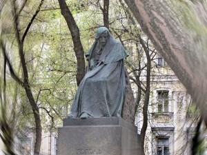 Памятник писателю Николаю Гоголю работы Николая Андреева , памятник Гоголю в Москве, Гоголевский бульвар, новости литературы