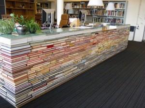 Библиотечная стойка из книг, литература в картинках