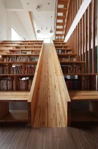 Необычные книжные полки, горка в окружении книг, литература в картинках