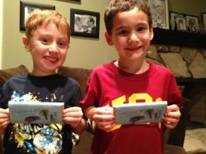 """Дилан и Иона с книгой """"Шоколадка"""", 7-летний мальчик написал книгу для друга, книги для детей, 7-летний мальчик спас друга, детская литература"""