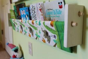Книжная полка для детской комнаты, литература в картинках