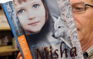 Миша Дефонески, Миша: мемуары о Холокосте, Выжившая с волками